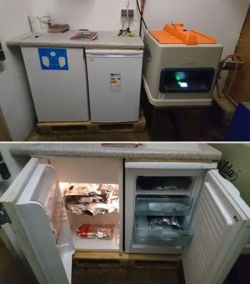 Espace colostrum avec un pasteurisateur,un réfrigérateur et uncongélateur pour stocker les colostrums.